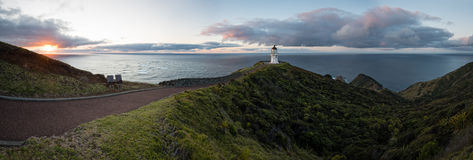 海角在黄昏的Reinga灯塔全景  免版税库存图片
