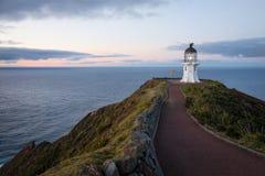 海角在黄昏的Reinga灯塔 库存图片