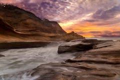 海角沿俄勒冈海岸美国的Kiwanda日落 免版税库存图片