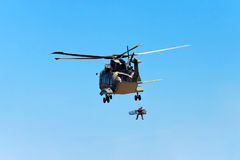 海角罗卡角,葡萄牙- 7月30 :军用直升机采取 免版税库存图片