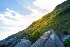 海角美好的远足的小径和观点与轻的日落 免版税库存照片