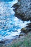 海角蓝色波浪在鸟瞰图的在晴朗天气,纹理,特写镜头 库存图片