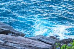 海角蓝色波浪在鸟瞰图的在晴朗天气 库存照片