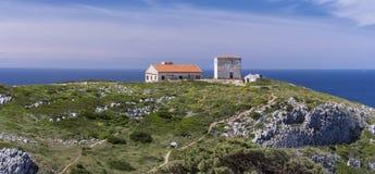 海角Espichel灯塔,葡萄牙的地面的全景 免版税库存图片