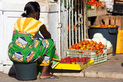 海角Verdean妇女卖菜在市场上 免版税图库摄影