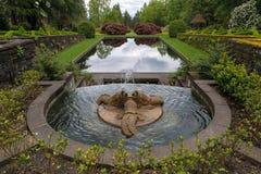 海豚三重奏喷泉在新生庭院里 免版税库存图片