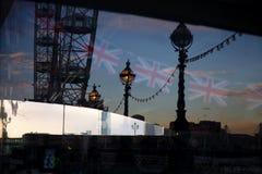 海豚反射在报亭窗口o里的灯岗位和伦敦眼 免版税库存照片