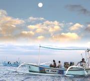 冒险的海豚的游人游览在日出, Lovina,巴厘岛,印度尼西亚 图库摄影