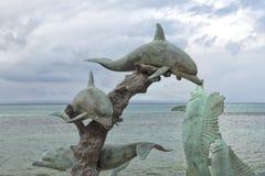 海豚铜雕象 免版税库存照片