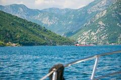 海轮渡运载汽车和公共汽车有游人的在两个城市之间 免版税库存图片