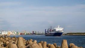 海轮渡离开克莱佩达,立陶宛港  免版税库存图片