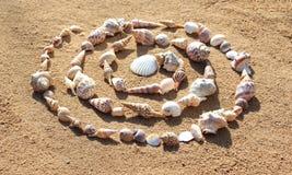 海轰击建立在沙子的一个螺旋 图库摄影