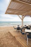 海边与木地板和金属扶手椅子的酒吧内部 库存照片