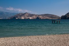 海边在巴斯卡,海岛Krk,克罗地亚 免版税库存图片