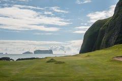 海边在火山的风景的高尔夫球孔 免版税库存照片