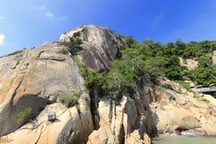 海边在鼓浪屿上的岩石小山 免版税库存照片
