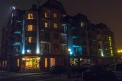 海边大道的旅馆夜有雾的波摩莱在保加利亚 库存图片