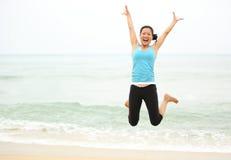 海边妇女跳跃 免版税库存图片