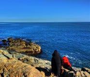 海边岩石、蓝色海和清楚的天空 免版税库存照片