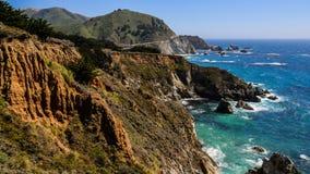 海边峭壁和明白蓝色海大瑟尔的,加利福尼亚,美国 库存图片