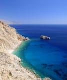 海边峭壁Agia安娜海湾阿莫尔戈斯岛 免版税图库摄影