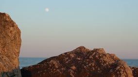 海边月亮和峭壁 股票录像