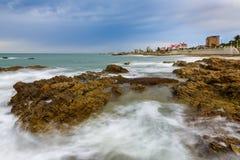 海边波浪和岩石风景 免版税库存照片