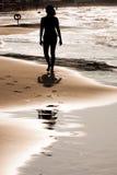 海边的一个女孩 免版税库存图片