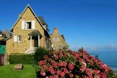 海边的好的农村房子 免版税图库摄影