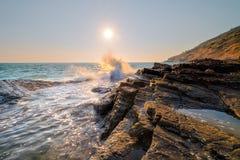 海边石头和天空 免版税库存照片
