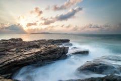 海边石头和天空 库存照片