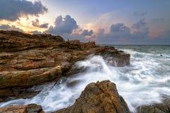 海边石头和天空 免版税库存图片