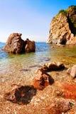 海边红色岩石 免版税库存照片