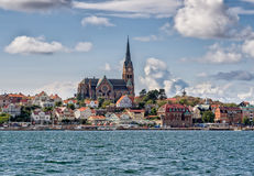 从海边观看的Lysekil教会,瑞典 免版税图库摄影