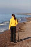 海边走的妇女年轻人 免版税图库摄影