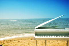 海边钢琴 免版税库存照片