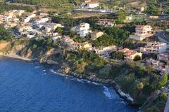 海边镇的鸟瞰图 免版税库存图片