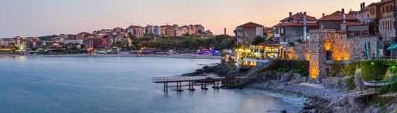 海边风景,全景,横幅-堤防的看法与堡垒墙壁的在日落期间在市索佐波尔 库存照片