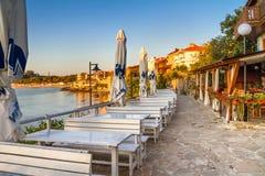 海边风景-从咖啡馆的看法在堤防在索佐波尔镇  免版税库存照片