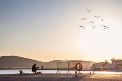 海边风景-在渔的看法在日落时间在索佐波尔港口镇  库存照片