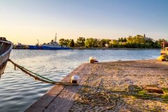 海边风景-码头的看法有一艘被停泊的船的在日落时间 免版税库存照片
