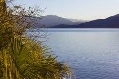 海边lago maggiore散步视图在verbania附近的 免版税库存照片