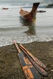 海达族人独木舟和桨 免版税库存图片