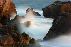 海运向海浪扔石头 免版税库存照片