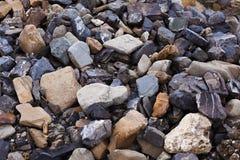 海运向背景扔石头 库存图片