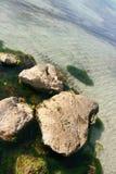 海运向水扔石头 库存照片