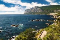 海运和山在夏天 免版税库存图片