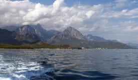海运和山横向 土耳其海岸线 库存图片