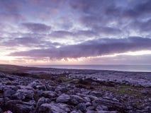海运和岩石横向有严重的通知的在日落的 图库摄影