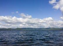海运和蓝天 在湖的白色云彩 夏天横向 免版税库存照片